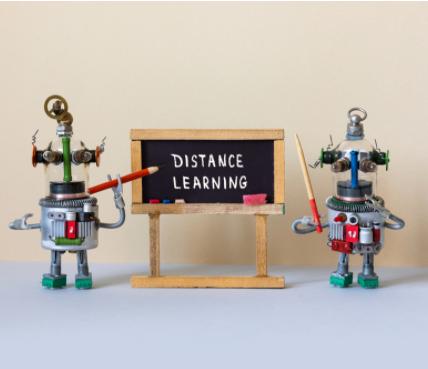Dois Robôs em frente à uma lousa com isto escrito: Distance Learning